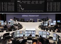<p>Les Bourses européennes évoluent en baisse à mi-séance, les difficultés budgétaires aux Etats-Unis et la crise européenne pesant lourdement sur la tendance. À Francfort, le Dax perdait 0,94% vers 11h45 GMT et à Londres, le FTSE reculait de 0,43%. À Paris, le CAC 40 cédait 0,2% à 3.400,70 points. /Photo prise le 9 novembre 2012/REUTERS/Remote/Lizza David</p>