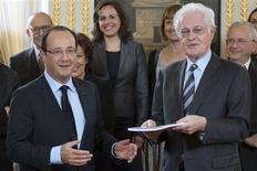 <p>François Hollande a annoncé vendredi que la modernisation de la vie politique française proposée par Lionel Jospin, qui prévoit une limitation du cumul des mandats et l'instauration d'une dose de proportionnelle, passerait devant le Parlement début 2013. /Photo prise le 9 novembre 2012/REUTERS/Bertrand Langlois/Pool</p>