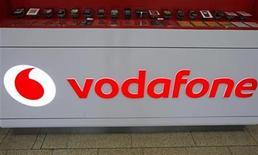 <p>Foto de archivo del logo de Vodafone en el mostrador de una tienda en Praga, feb 7 2012. La británica Vodafone asumió una amortización sobre el valor de su negocio en Italia y España de 5.900 millones de libras esterlinas (9.400 millones de dólares) y rebajó su previsión de flujo de caja debido a que los europeos del sur redujeron el uso de sus teléfonos móviles. REUTERS/David W Cerny</p>