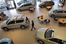 <p>Foto de archivo de un cliente en una concesionaria de Toyota en Daly City, EEUU, feb 2 2010. Las ventas minoristas de Estados Unidos cayeron en octubre por primera vez en tres meses debido a que la enorme tormenta Sandy frenó las compras de automóviles, lo que sugiere una pérdida de impulso en el gasto a comienzos del cuarto trimestre. REUTERS/Robert Galbraith</p>