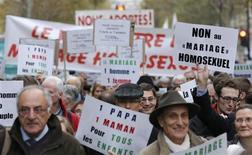 """<p>Manifestants hostiles au mariage gay, à Paris. Des milliers de personnes ont manifesté dimanche après-midi à Paris contre le mariage homosexuel à l'appel de l'institut Civitas, proche des catholiques intégristes, pour qui ce projet de loi du gouvernement socialiste """"mènera à toutes les dérives."""" /Photo prise le 18 novembre 2012/REUTERS/Christian Hartmann</p>"""