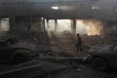 <p>Palestinien dans un stade en ruines à Gaza. Les hostilités entre activistes islamistes et Israël sont entrées lundi dans leur sixième journée alors que les efforts diplomatiques devraient s'intensifier pour tenter d'imposer le silence aux frappes aériennes israéliennes sur la bande de Gaza et aux roquettes lancées sur Israël à partir de l'enclave palestinienne. /Photo prise le 19 novembre 2012/REUTERS/Ahmed Zakot</p>