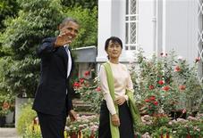 <p>Devenu lundi le premier président américain en exercice à se rendre en Birmanie, Barack Obama s'est efforcé d'y trouver le juste équilibre entre louanges pour les réformes entreprises et pressions en faveur de leur poursuite. Après son entrevue avec le président Thein Sein, Barack Obama a rendu visite à Aung San Suu Kyi, figure historique de l'opposition et lauréate du prix Nobel de la paix comme lui, qui siège désormais au parlement. /Photo prise le 19 novembre 2012/REUTERS/Soe Zeya Tun</p>