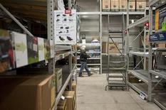 <p>Lowe's, numéro deux mondial du bricolage, publie des résultats trimestriels meilleurs qu'attendu et revoit à la hausse ses prévisions de ventes annuelles. /Photo prise le 28 octobre 2012/REUTERS/Rich-Joseph Facun</p>