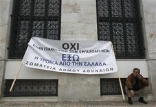 <p>Manifestant contre les coupes budgétaires dans le secteur public devant la mairie d'Athènes. Selon plusieurs sources impliquées dans la préparation de la réunion de l'Eurogroupe mardi à Bruxelles, les ministres des Finances de la zone euro donneront leur feu vert au versement à la Grèce d'une aide d'urgence de 44 milliards d'euros, qui devrait être débloquée le 5 décembre, si Athènes a respecté d'ici-là toutes les conditions encore en suspens. /Photo prise le 19 novembre 2012/REUTERS/John Kolesidis</p>