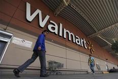<p>Wal-Mart va verser ses dividendes fin décembre au lieu de début janvier afin de protéger ses actionnaires contre l'éventuelle hausse d'impôts qui pourrait automatiquement s'appliquer s'il n'y a pas d'accord au Congrès sur le budget avant la fin de l'année. /Photo prise le 15 août 2012/REUTERS/Edgard Garrido</p>