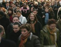 <p>Dans son portrait social 2012 de la France, l'institut relève ainsi que, sur le dernier quart de siècle, la hausse de l'espérance de vie, d'une année environ tous les cinq ans, a été quasiment uniforme chez toutes les catégories professionnelles, pour les hommes comme pour les femmes. /Photo d'archives/REUTERS</p>