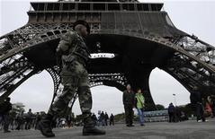 <p>Soldat en patrouille au pied de la Tour Eiffel à cause du plan Vigipirate. Les députés français ont adopté mercredi à la quasi-unanimité un projet de loi qui permet de réprimer l'entraînement militaire à l'étranger de personnes soupçonnées de préparer des attentats. /Photo d'archives/REUTERS/Gonzalo Fuentes</p>
