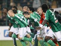 <p>Les Verts fêtant leur victoire aux tirs au but contre le PSG en quarts de finales de la Coupe de la Ligue, au stade Geoffroy-Guichard. Saint-Etienne se prend désormais à rêver d'un premier titre en Ligue 1 depuis 1981 et fait de la Coupe de la Ligue son objectif du moment. /Photo prise le 27 novembre 2012/REUTERS/Robert Pratta</p>