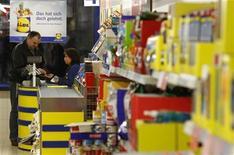 <p>La hausse des prix à la consommation en Allemagne a enregistré un léger ralentissement, comme prévu, au cours du mois de novembre, à un rythme annuel de 1,9%, contre 2,0% le mois précédent, montrent les chiffres provisoires publiés mercredi par l'Office fédéral de la statistique. /Photo d'archives/REUTERS/Fabrizio Bensch</p>