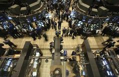 <p>Wall Street ouvre sur une note négative mercredi, entamant sa troisième séance de baisse d'affilée, toujours affectée par les négociations budgétaires américaines qui restent dans l'impasse. L'indice Dow Jones perd 0,40%, le Standard & Poor's 500 recule de 0,58% et le Nasdaq Composite cède 0,56%. /Photo d'archives/REUTERS/Brendan McDermid</p>