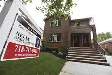 <p>Les ventes de logements neufs ont diminué de 0,3% en octobre et le gouvernement a revu en nette baisse le total de septembre, ce qui montre que ce segment du marché immobilier peine à retrouver une dynamique forte. /Photo d'archives/REUTERS/Shannon Stapleton</p>
