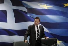 <p>Le ministre grec des Finances Yannis Stournaras a déclaré mercredi que le plan de rachat par la Grèce d'une partie de sa dette publique - un élément clé du dernier plan de sauvetage du pays - se ferait sur une base volontaire, mais qu'il se devait d'être un succès. /Photo prise le 28 novembre 2012/REUTERS/Yorgos Karahalis</p>