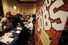 <p>Salon de l'emploi à Los Angeles. Les inscriptions hebdomadaires au chômage ont diminué aux Etats-Unis pour la deuxième semaine de suite lors de celle au 24 novembre, à 393.000 contre 416.000 (révisé) la semaine précédente. /Photo d'archives/REUTERS/Lucy Nicholson</p>