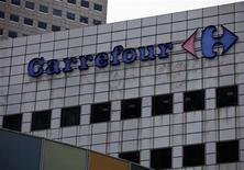 <p>Foto de archivo de una sucursal de la minorista Carrefour en Singpur, ago 29 2012. El gigante minorista francés Carrefour SA dijo el viernes que está cerrando sus operaciones de comercio por internet en Brasil como parte de un plan de reestructuración en el país sudamericano, lo que destaca lo difícil que es la tarea de crear ingresos en un prometedor mercado minorista online. REUTERS/Tim Chong</p>