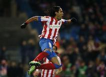 <p>L'attaquant colombien Radamel Falcao a inscrit un total ébouriffant de cinq buts, dimanche, lors de l'écrasante victoire 6-0 de l'Atletico Madrid sur le Deportivo La Corogne, dernier de la Liga. /Photo prise le 9 décembre 2012/REUTERS/Susana Vera</p>