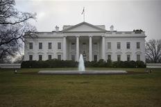 """<p>Le président américain Barack Obama a rencontré dimanche à la Maison blanche le président de la Chambre des représentants, le républicain John Boehner dans le cadre des négociations sur le """"mur budgétaire"""". L'expression recouvre la coïncidence, en début d'année prochaine, entre la fin des exonérations fiscales et la mise en oeuvre de coupes automatiques dans les dépenses publiques. /Photo d'archives/REUTERS/Jonathan Ernst</p>"""