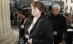 <p>Marie Humbert, à son arrivée au tribunal de périgueux en mars 2007. Marie Humbert, qui a aidé son fils tétraplégique Vincent à mourir en 2003 comme il le réclamait, a exprimé sa déception sur Europe 1 mardi après la publication des premières conclusions du rapport Sicard sur la fin de vie. /Photo d'archives/REUTERS/Régis Duvignau</p>