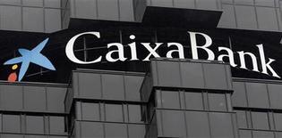 <p>La banque espagnole Caixabank a annoncé mardi la vente de biens immobiliers au magnat mexicain Carlos Slim, pour un montant de 428 millions d'euros. /Photo prise le 26 octobre 2012/REUTERS/Albert Gea</p>