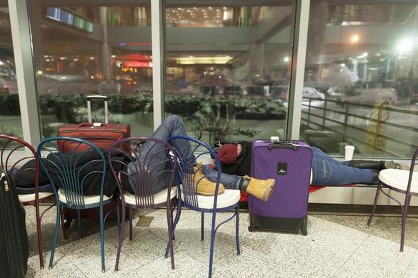 人们等待他们在2014年1月3日在纽约拉瓜迪亚机场的航班延误.REUTERS-Zoran Milich