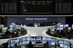 Les Bourses européennes évoluent en légère baisse mercredi vers la mi-séance, malgré des résultats d'entreprise bien accueillis. À Paris, le CAC 40 cède 0,41% à 4.396,37 points vers 13h30. Francfort recule de 0,25% et Londres 0,29%. L'indice paneuropéen EuroStoxx 50 perd 0,21%. /Photo prise le 26 février 2014/ REUTERS/Remote