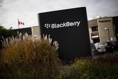 BlackBerry a détaillé mardi son recentrage sur les services et dévoilé deux nouveaux modèles de smartphones, dans l'espoir d'endiguer ses pertes et de reconquérir une clientèle professionnelle soucieuse de sécurité qui lui était jadis fidèle. /Photo d'archives/REUTERS/Mark Blinch