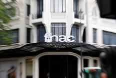 La Fnac, qui a fait son entrée en Bourse en juin, a renoué avec les bénéfices l'an dernier, tirant ainsi les premiers dividendes de sa politique de réduction de coûts et de ses ventes couplées sur internet et en magasins.  La valeur sera suivie jeudi à la Bourse de Paris. /Photo prise le 20 juin 2013/REUTERS/Charles Platiau