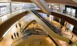 Centre commercial à Guangzhou. Les marques de luxe subissent un ralentissement de leur croissance en Chine, dont les citoyens font de plus en plus souvent leurs emplettes à l'étranger, ce qui n'est pas sans poser de gros problèmes aux promoteurs immobiliers des centres commerciaux. /Photo prise le 25 février 2014/REUTERS/Alex Lee