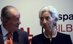 Selon la directrice générale du Fonds monétaire international Christine Lagarde (ici à Bilbao avec le roi d'Espagne Juan Carlos) le risque existe d'une période prolongée d'inflation faible dans la zone euro et les banquiers centraux doivent être prêts à agir pour empêcher qu'il ne fasse dérailler une reprise encore fragile. Le FMI évalue le risque potentiel de déflation de 15 à 20%. /Photo prise le 3 mars 2014/REUTERS/Vincent West