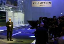 Martin Winterkorn, président du directoire de Volkswagen, au salon automobile de Genève. Le groupe allemand peine à atteindre ses objectifs de coûts pour son projet de voiture à petit prix. /Photo prise le 3 mars 2014/REUTERS/Arnd Wiegmann