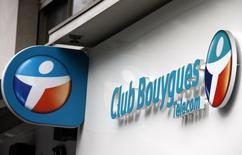 Le titre Bouygues accuse mercredi la plus forte baisse du CAC 40 à la Bourse de Paris, affecté par l'impact potentiel sur le bilan du groupe de BTP et de communication d'une éventuelle offre sur SFR, filiale télécoms de Vivendi. /Photo d'archives/REUTERS/Eric Gaillard