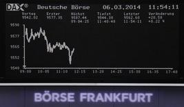 Les Bourses européennes sont dans le vert à mi-séance, soutenues par une série de résultats et d'opérations financières bien accueillies par les investisseurs. À Paris, le CAC 40 gagne 0,68% à 4.421,23 vers 11h10 GMT. À Francfort, le Dax prend 0,31% et à Londres, le FTSE-100 avance de 0,25%. /Photo prise le 6 mars 2014/REUTERS