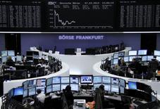 Les Bourses européennes ont légèrement accentué leur baisse vendredi à mi-séance dans la crainte d'une montée des tensions entre Kiev et Moscou pendant le week-end. À Paris, l'indice CAC 40 perdait 0,43% vers 12h tandis qu'à Francfort, le Dax reculait de 0,86%. /Photo prise le 7 mars 2014/REUTERS/Remote