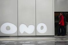Vodafone, deuxième opérateur mobile mondial, est parvenu à un accord préliminaire pour le rachat du câblo-opérateur espagnol Ono après avoir revu à la hausse son offre initiale, a-t-on appris vendredi auprès de deux sources proches des négociations. /Photoprise le 12 février 2014/REUTERS/Sergio Perez