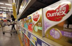 Du lait en poudre de la marque Dumex commercialisée par Danone en Chine dans un supermarché de Shanghaï. La marque a été notamment affectée par le scandale du lait contaminé à la mélanine et Danone pourrait utiliser le cash produit par une sortie de la nutrition médicale pour reconstruire ses marques de lait infantile en Chine. /Photo prise le 17 février 2014//REUTERS/Kim Kyung-Hoon