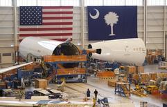 """Des fêlures ont été découvertes sur les ailes de 40 exemplaires du Boeing 787 """"Dreamliner"""" encore en production, ce qui pourrait retarder la livraison de certains appareils sans pour autant remettre en cause l'objectif de livraisons 2014 de l'avionneur américain. /Photo d'archives/ REUTERS/Randall Hill"""