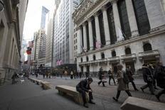 Le bonus moyen payé à Wall Street a bondi de 15% l'an dernier pour atteindre 164.530 dollars, son plus haut niveau depuis la crise financière de 2008, selon un rapport publié mercredi par les services du budget de l'Etat de New York. /Photo prise le 11 mars 2014/REUTERS/Brendan McDermid