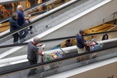 Les prix à la consommation ont augmenté de 0,6% en février en France sous l'effet du rebond des produits manufacturés après la fin des soldes d'hiver, selon l'Insee. /Photo d'archives/REUTERS/Charles Platiau