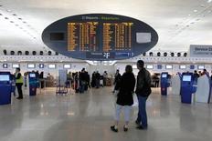 Aéroports de Paris a annoncé lundi une hausse de 4,9% de son trafic le mois dernier, qui a bénéficié d'un comparatif favorable car février 2013 avait été marqué par un fort épisode neigeux. L'exploitant des aéroports de Roissy et d'Orly a accueilli 6,2 millions de passagers, dont 4,2 millions pour le seul aéroport de Paris-Charles de Gaulle. /Photo d'archives/REUTERS/Gonzalo Fuentes