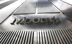Moody's a annoncé lundi avoir abaissé la note souveraine de l'Argentine de B3 à Caa1, l'agence de notation arguant de la baisse des réserves officielles, qui accroît le risque de voir Buenos Aires incapable d'honorer le service de sa dette en devises. /Photo d'archives/REUTERS/Brendan McDermid