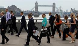Le taux de chômage au Royaume-Uni est resté stable à 7,2% sur les trois mois à janvier, mais le nombre de demandeurs d'emploi a baissé plus que prévu et les salaires ont augmenté. /Photo d'archives/REUTERS/Luke MacGregor