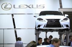 La Lexus IS 250 exposée au salon automobile de Detroit. Toyota versera 1,2 milliard de dollars (862 millions d'euros) pour mettre un terme à une enquête fédérale liée aux accélérations subites de certains véhicules de sa marque haut de gamme. /Photo prise le 15 janvier 2014/REUTERS/Joshua Lott