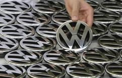 Selon le magazine allemand Manager Magazin, le directoire de Volkswagen est en passe de donner son feu vert à son projet de voiture à petit prix destiné aux marchés émergents après avoir finalement réussi à trouver des solutions pour atteindre ses objectifs de coûts de production. /Photo d'archives/REUTERS/Christian Charisius