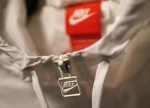 Nike, à suivre vendredi sur les marchés américains. Le fabricant d'articles de sport a annoncé jeudi soir des bénéfices trimestriels meilleurs que prévu, mais a averti sur l'impact des taux de change dans les pays émergents et sur ses ventes en Chine. /Photo d'archives/ REUTERS/Lucy Nicholson