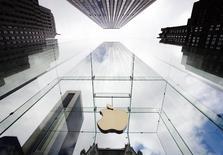 Apple a entamé des discussions avec Comcast en vue d'un accord pour favoriser la diffusion de son service de télévision aux Etats-Unis, rapporte lundi le Wall Street Journal en citant des sources proches des tractations. /Photo d'archives/REUTERS/Lucas Jackson