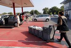 Le nombre de Drive en France a franchi un cap, dépassant pour la première fois le nombre d'hypermarchés répartis sur le territoire, selon les chiffres publiés mardi par l'institut Nielsen. /Photo prise le 30 août 2013/REUTERS/Régis Duvignau