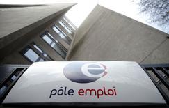Le nombre de demandeurs d'emploi de catégorie A, sans la moindre activité, a nettement augmenté en février en France en raison d'une poursuite de la progression du chômage chez les seniors et d'un coup d'arrêt à sa baisse chez les moins de 25 ans. /Photo prise le 26 mars 2014/REUTERS/Christian Hartmann