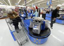 Le titre Wal-Mart figure au rang des valeurs à suivre ce vendredi sur les marchés américains, la chaîne de supermarchés ayant, selon une source judiciaire, déposé plainte contre Visa pour des commissions abusives et lui réclamant cinq milliards de dollars de dommages et intérêts. /Photo d'archives/REUTERS/Kevork Djansezian