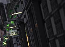 BNP Paribas, à suivre mercredi à la Bourse de Paris. Une plainte conjointe a été déposée aux Etats-Unis à l'encontre de 12 grandes banques, dont le groupe français, que des investisseurs, des fonds de pension et des hedge funds accusent de manipulation sur le marché des changes. /Photo d'archives/REUTERS/Mal Langsdon