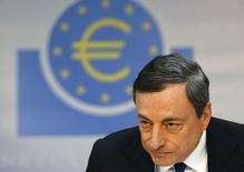 Le président de la Banque centrale européenne, Mario Draghi, a insisté jeudi sur la nécessité pour les pays européens, dont la France, de tenir leurs engagements en matière de baisse des déficits publics. /Photo prise le 3 avril 2014/REUTERS/Ralph Orlowski